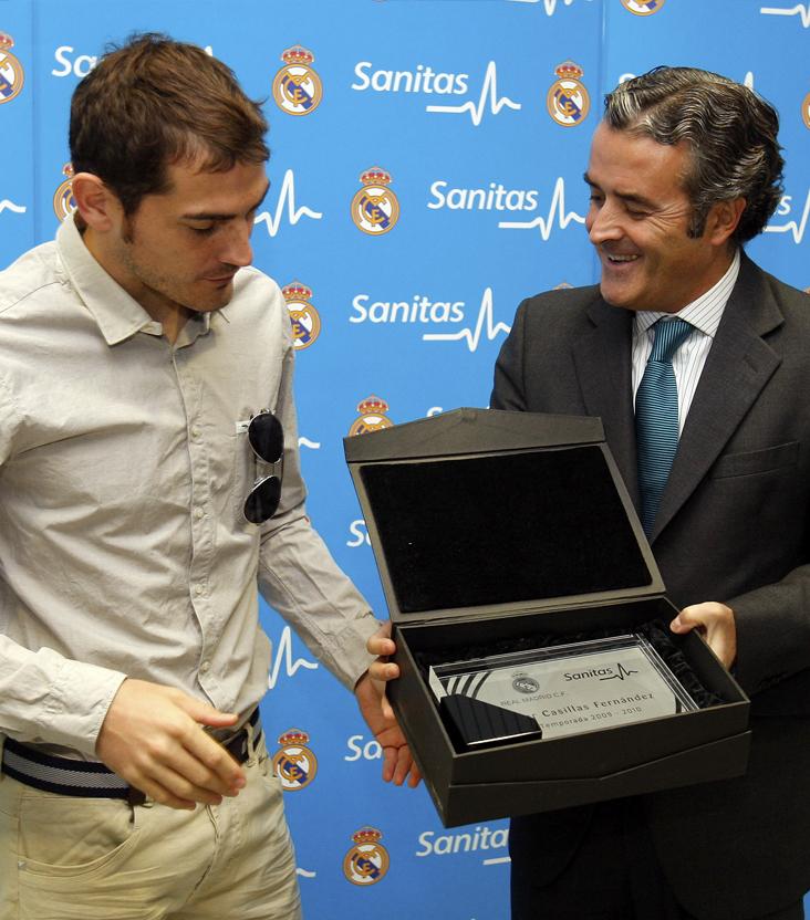 Placa Sanitas entregada a Iker Casillas